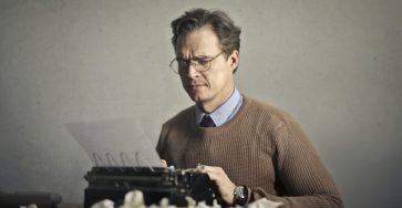 pisarz-piszacy-na-maszynie