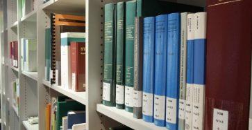 książki-na-regale-bibliotecznym