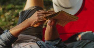mezczyzna-czytajacy-ksiazke-na-wakacjach